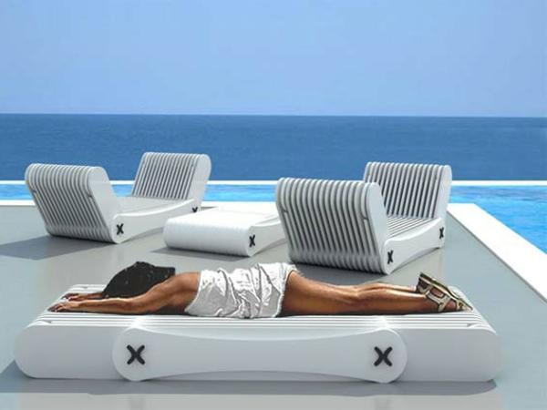 lounge-möbel-outdoor-schöne-frau-liegt-darauf