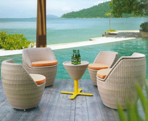 lounge-möbel-outdoor-vier-sessel-um-einen-nesttisch