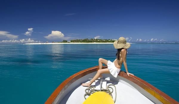 luxus yachten-eine-frau-sitzt-darauf