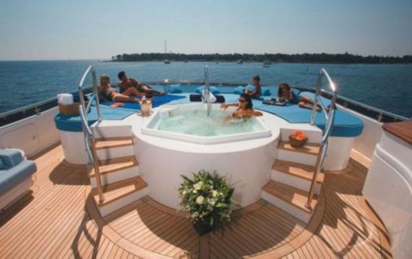 luxus yachten-jacuzzi-darauf
