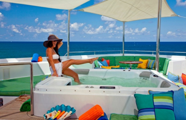 luxus yachten-mit-einer-modernen-jakuzzi
