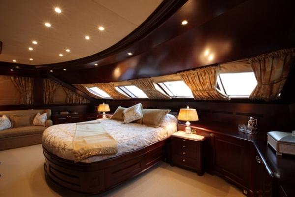 luxus yachten-schlafzimmer-mit-deckenleuchten