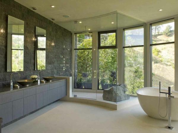 modere-Badezimmer-mit-toller-Aussicht-