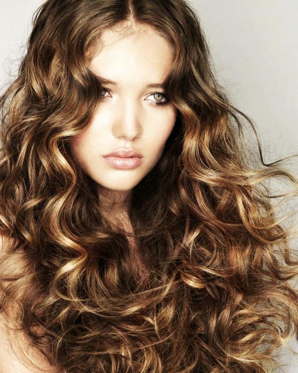 moderne-Frauenfrisuren-lockiges-Haar-
