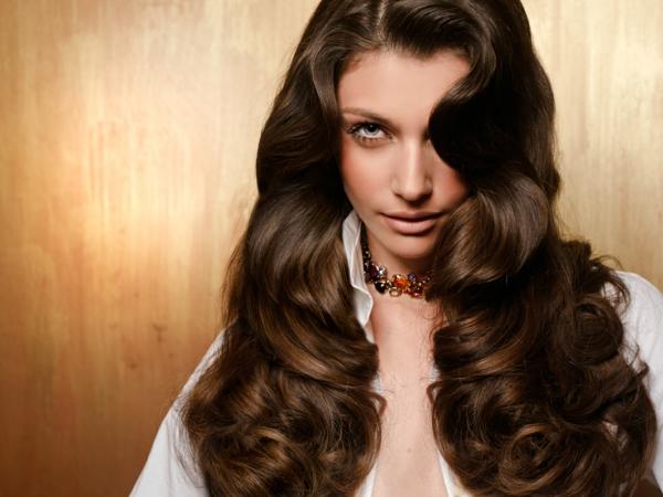 moderne-Frisuren-für-Frauen -braune-Haare-lockig