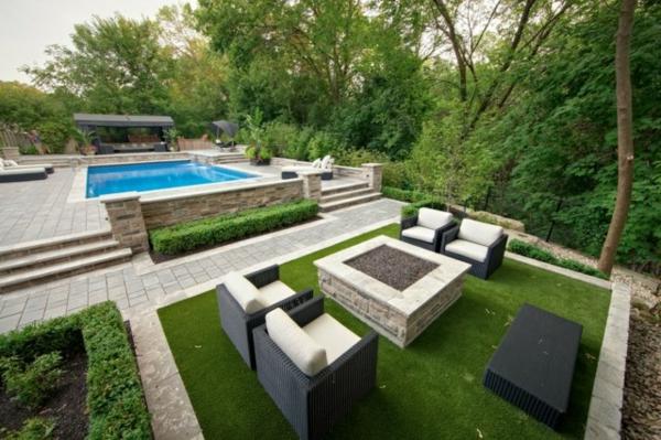 moderne-Sitzecke-Garten-Rattan-Stühle-Feuerstelle-Pool-Rasenteppich