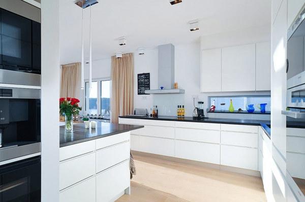 moderne--Villa-Schweden--weiße-Schränke