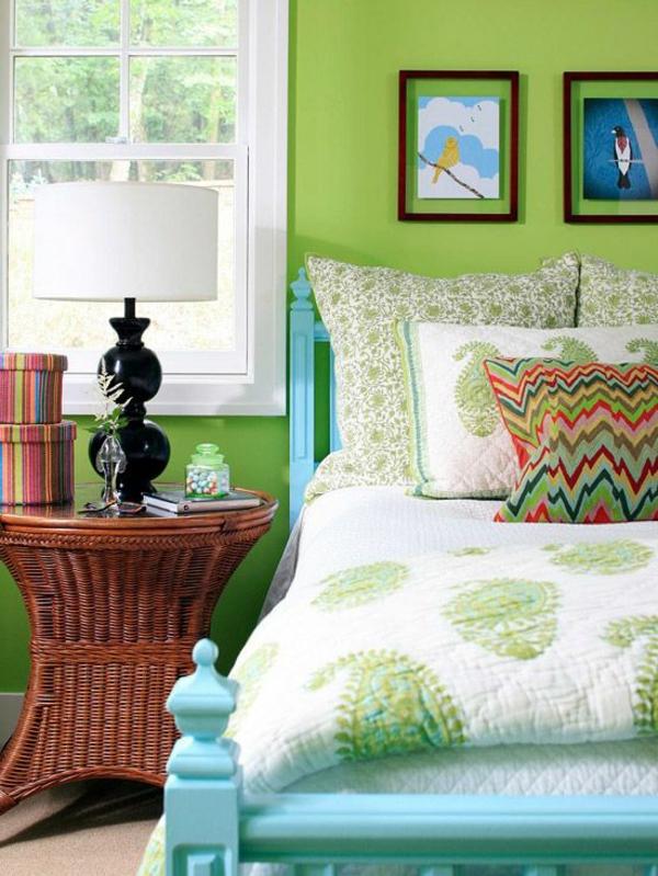moderne-Wandgestaltung-in-grüner-Farbe-im-Schlafzimmer