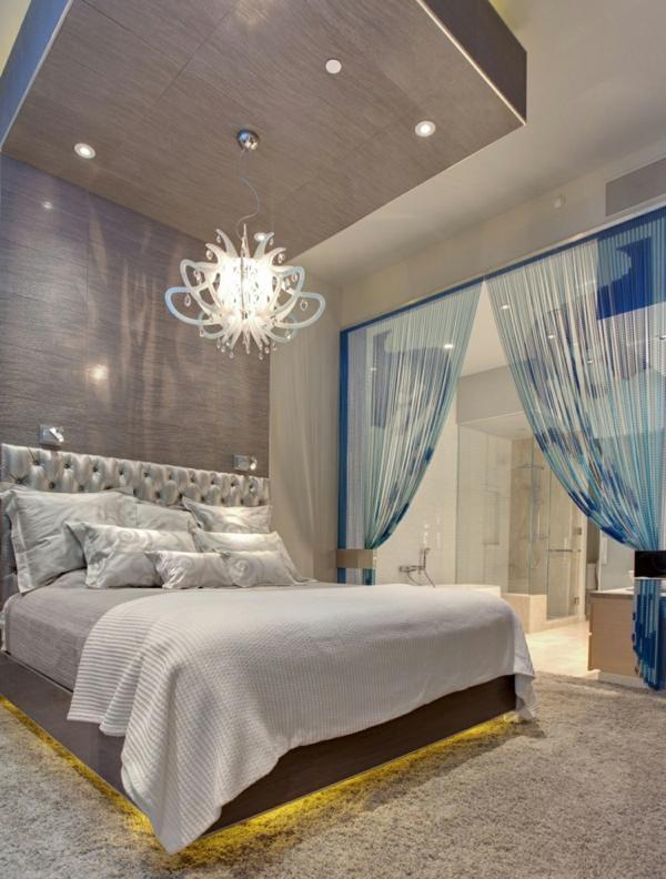 moderne-schlafzimmer lampen-im-weißen-schlafzimmer - sehr hohe decke