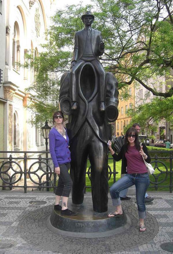 moderne-skulpturen-franz-kafka-monument-prag- tschechische republik