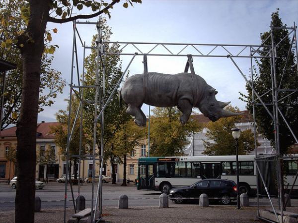moderne-skulpturen-hängendes nashorn-postdam-deutschland