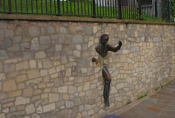 moderne-skulpturen-le-passe-muraille-paris-frankreich