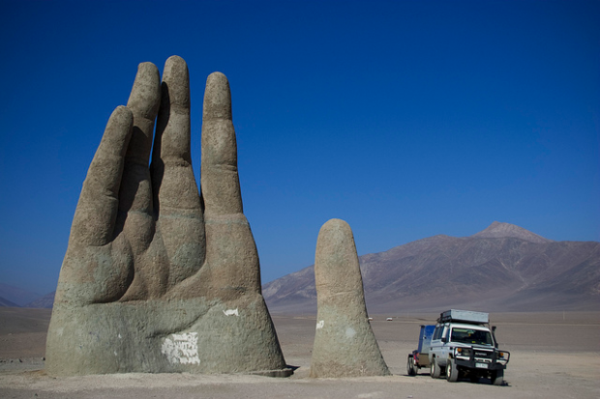 moderne-skulpturen-the-gigantische-hand-stacama-desert-chile