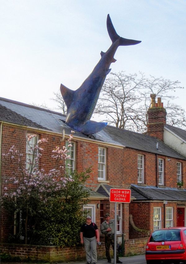 moderne-skulpturen-the-headington-shark-oxford-uk
