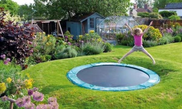 trampolin im garten- sehr interessante garten spielgeräte