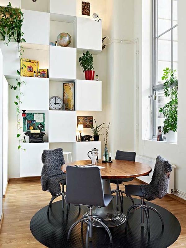 moderne-stühle-für-esszimmer-auf-einem-schwarzen-teppich
