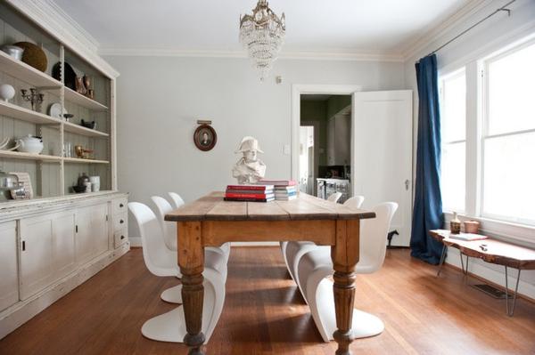 moderne-stühle-für-esszimmer-mit-einem-esstisch-aus-massivholz