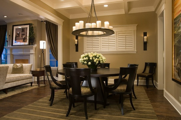 moderne-stühle-für-esszimmer-mit-einem-extravaganten-kronleuchter