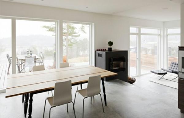 moderne-stühle-für-esszimmer-mit-einem-großen-hölzernen-esstisch