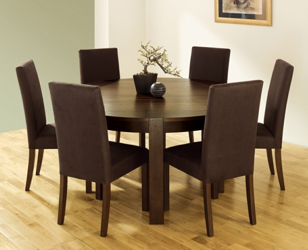 moderne-stühle-für-esszimmer-mit-einem-runden-hölzernen-esstisch