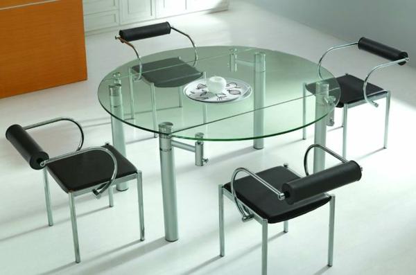 moderne-stühle-für-esszimmer-neben-einem-glastisch