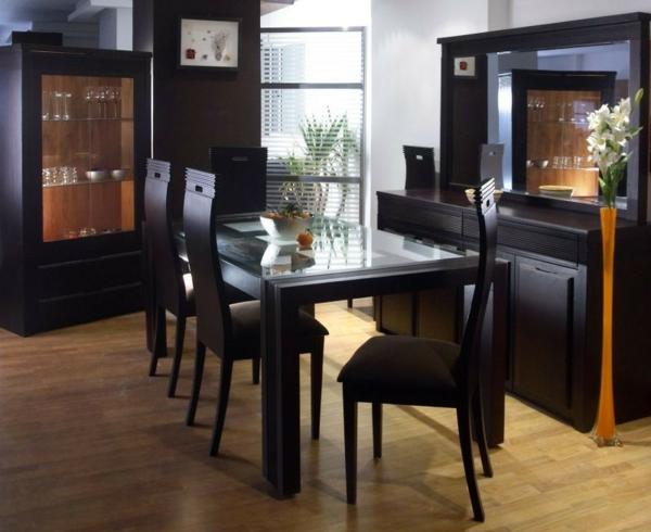 moderne-stühle-für-esszimmer-neben-schwarzen-möbeln