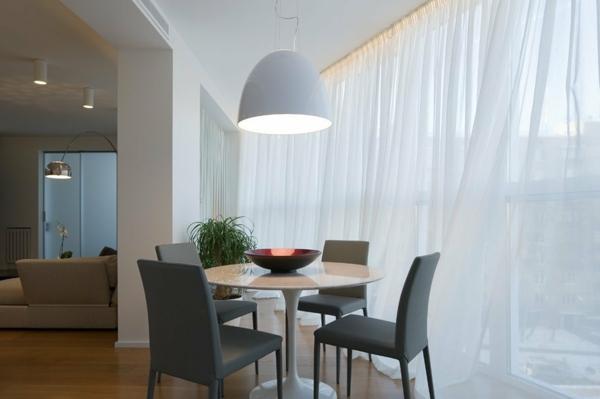 moderne-stühle-für-esszimmer-neben-weißen-gardinen