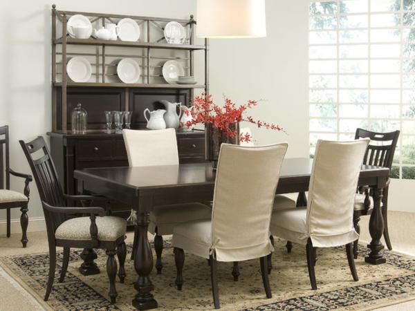 moderne-stühle-für-esszimmer-tellerregale-daneben