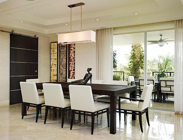 weißer tisch mit schwarzen stühlen