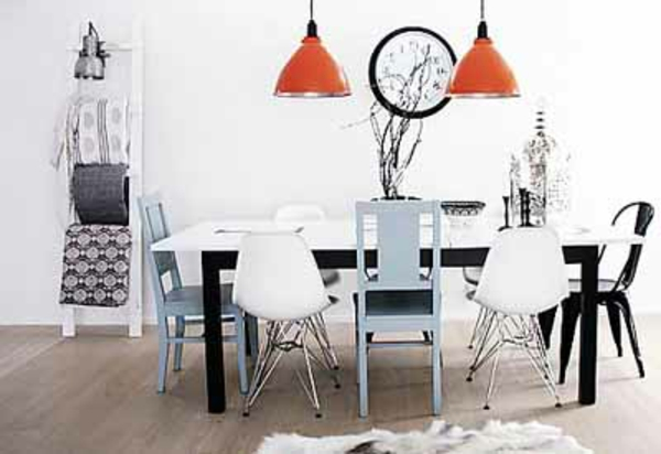 moderne-stühle-für-esszimmer-zwei-orange-hängende-lampen-über-dem-tisch