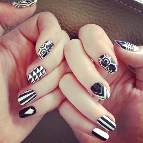moderne-stilvolle-Fingernägel-schwarz-weiß