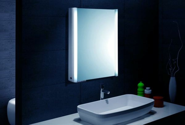 Spiegelschrank Flach Bad : Praktischer Schrank mit gläsernen Türen und Regalen