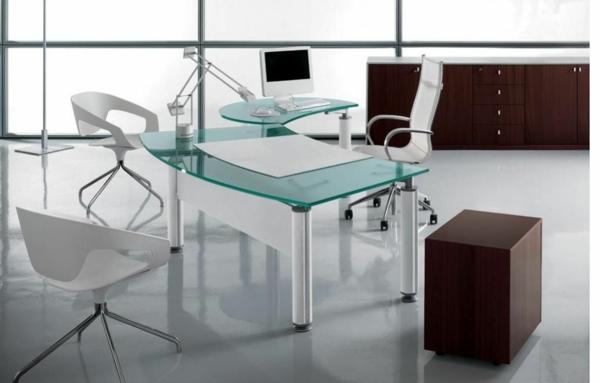 moderner--Schreibtisch-aus-Glas-im-Zimmer