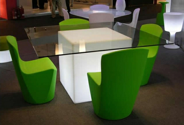 moderner-Tisch-aus-Glas-im-Esszimmer-