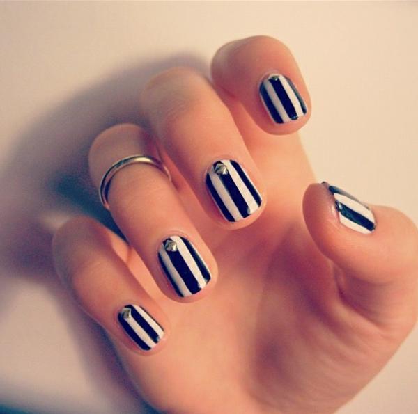 modernes-.Design-Fingernägel-in-Weiß.und-Schwarz