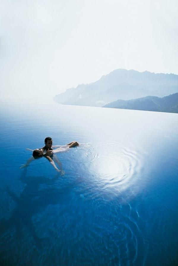 modernes-design-vom-fertigschwimmbecken