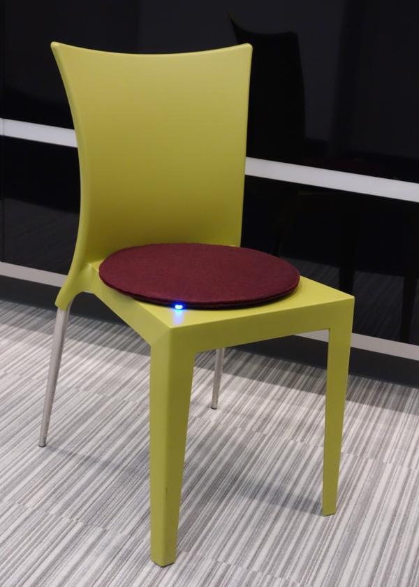 modernes-design-vom-stuhl-und-ein-runde-sitzkissen-darauf