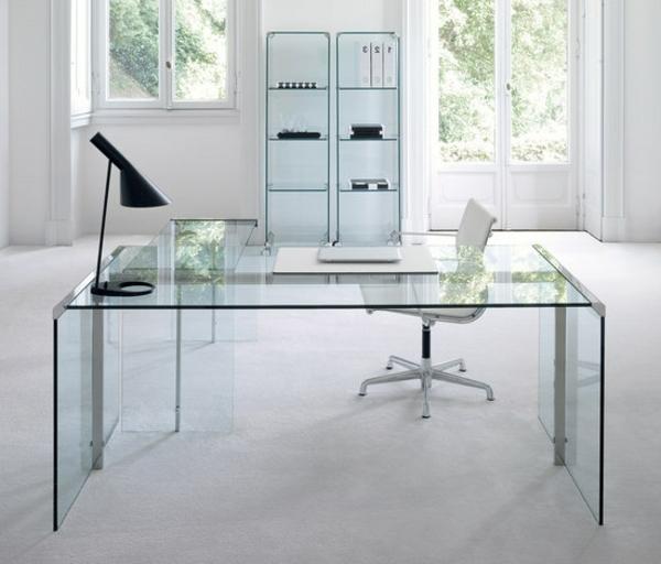 moderner-Schreibtisch-im-Büro