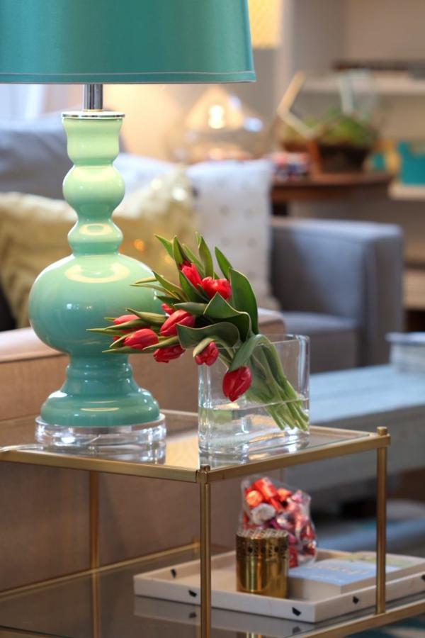 originelle-Tischdekoration-mit-roten-Tulpen-