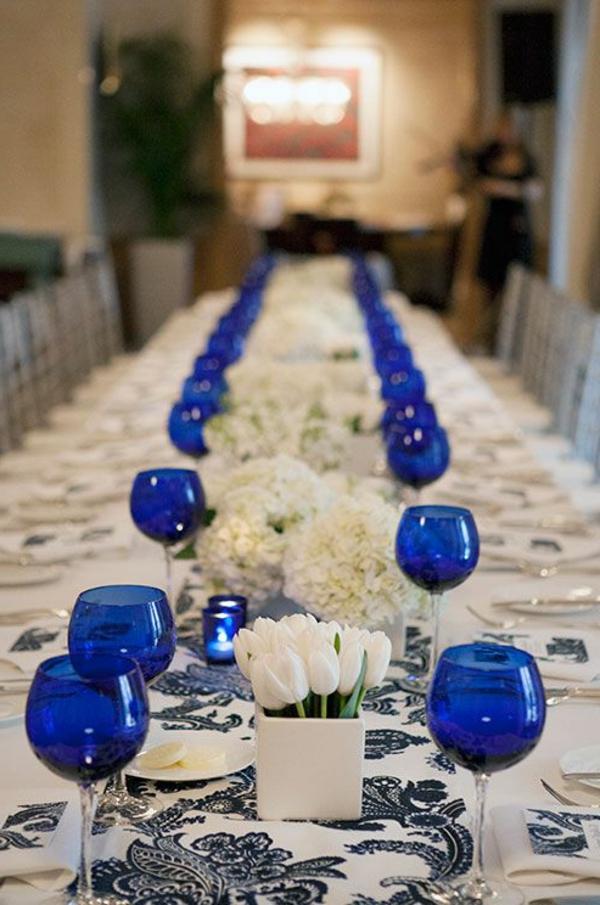 -originelle-Tischdekoration-mit-weißen-Tulpen