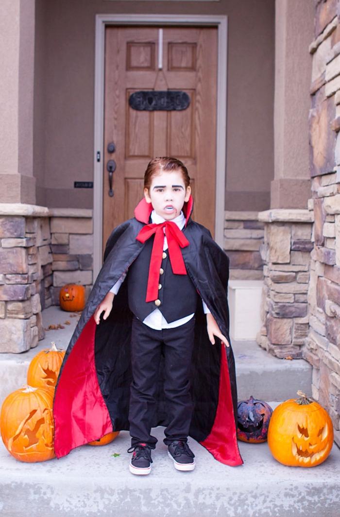 originelle ideen halloween vampir kostüm kinder junge schwarz rotes cape weißes t shirt mit weste geschnitzte kürbisse