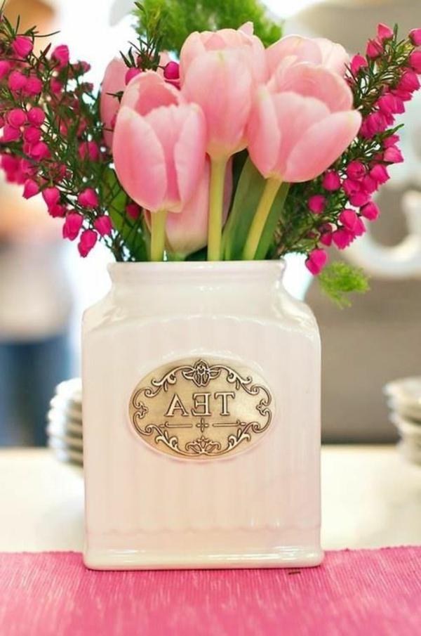 originelle.Tischdeko-mit-rosa-Tulpen-