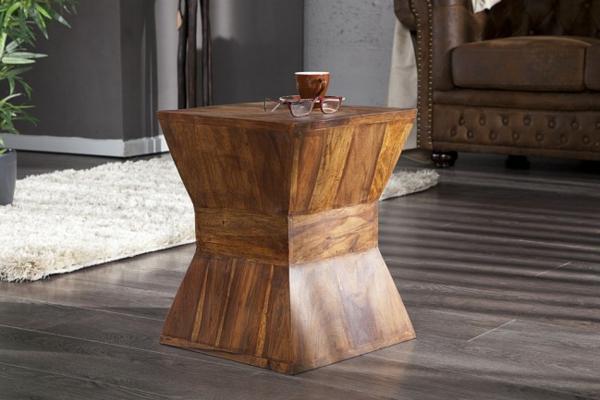 origineller-Beistelltisch-aus-Holz-Hocker