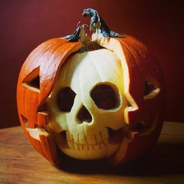 originelles-Halloween-Kürbis-schnitzen-Schädel