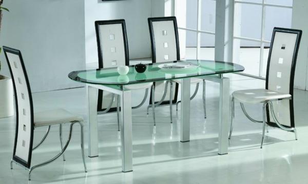 perfektes-Esszimmer-Tisch-aus-Glas-im-Esszimmer-schwarz-weiße-Stühle