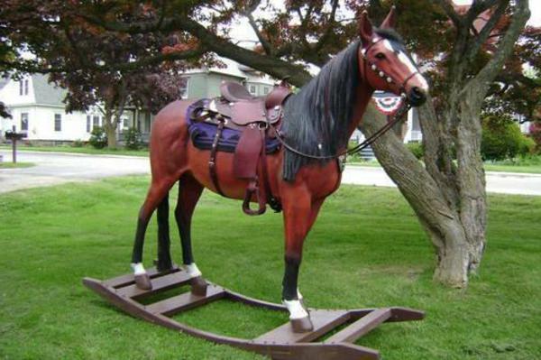 pferd-aus-holz-schaukel-für-erwachsene