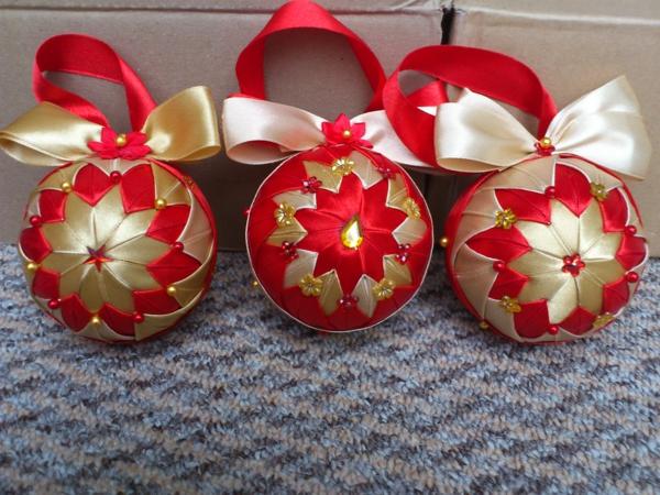 rote--Dekoration-für-den- Weihnachtsbaum-