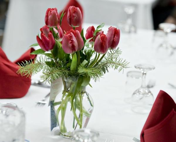 rote-Tulpen-als-Tischdekoration