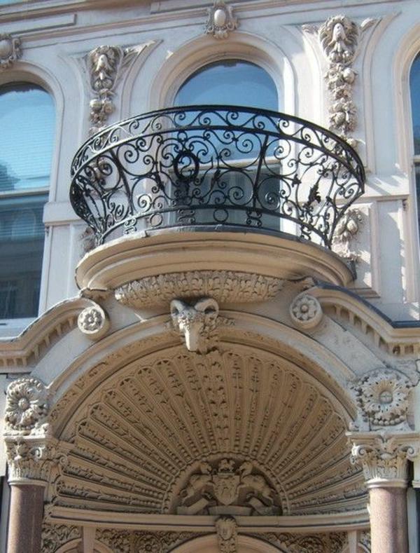 runder-Balkon-mit-Metallgeländer-Französische-Balkone