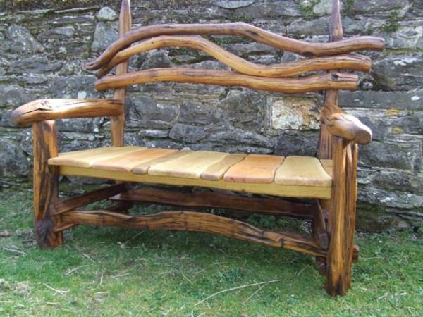 rustikale-gartenmöbel-eine-hölzerne-bank